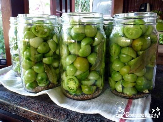 zelenyye pomidory na zimu s gorchitsey
