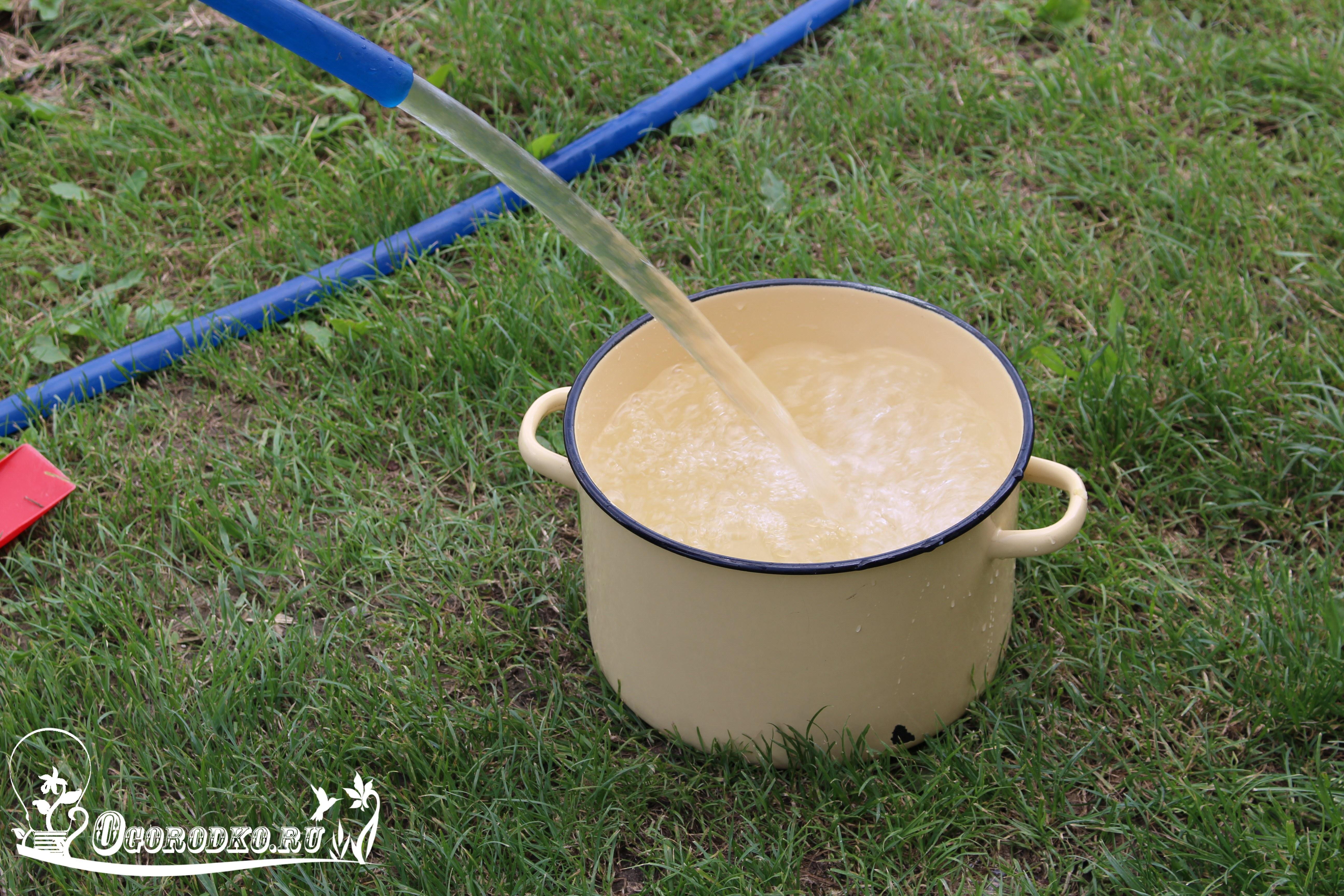 наливаем воду в кастрюлю