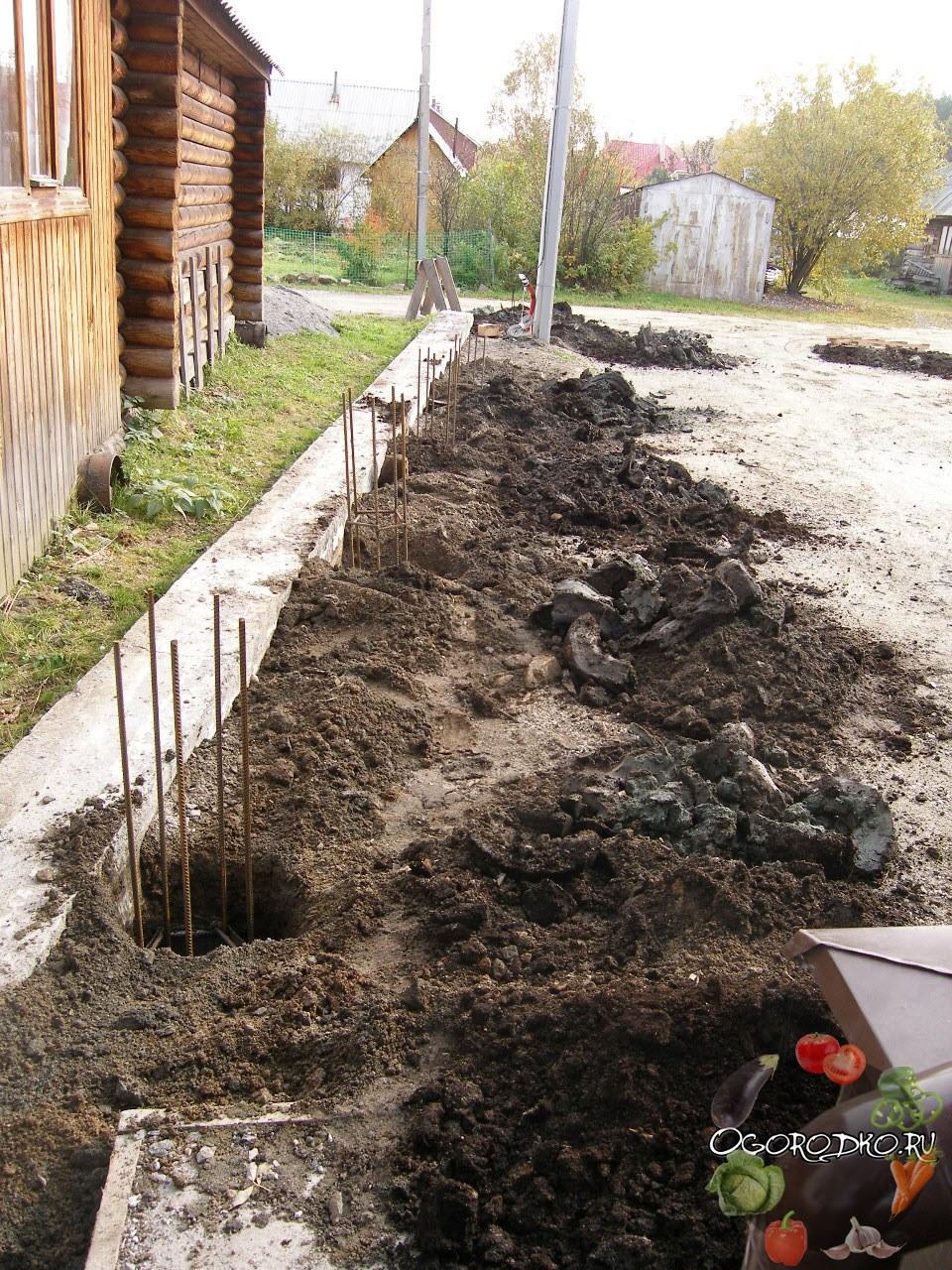 ямы под столбы для деревянного забора