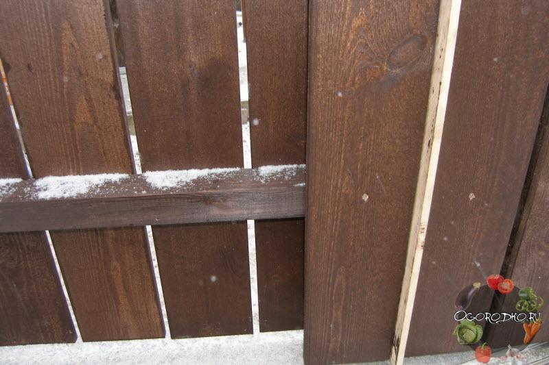 заборы из дерева с бетонным основанием