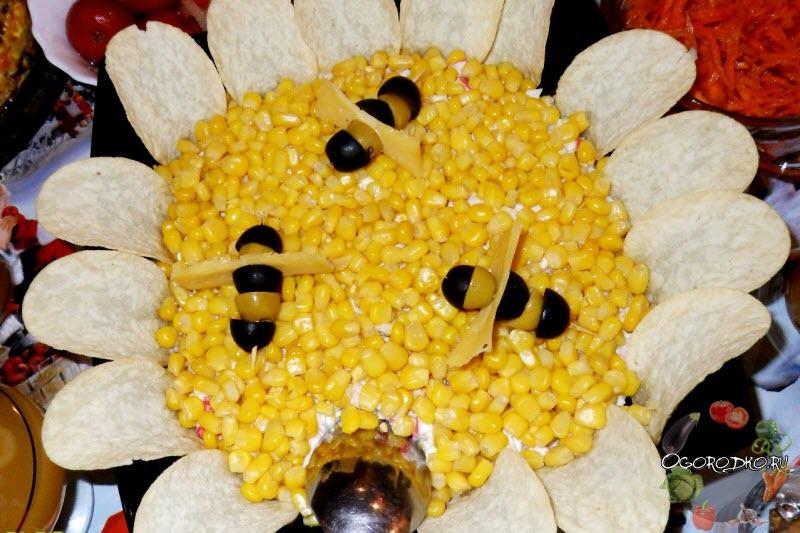 Салат Подсолнух с кукурузой сервировка