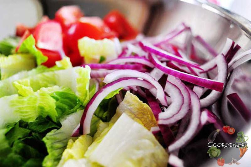 смешиваем ингредиенты для греческого салата
