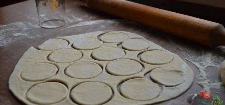 Тесто для домашних пельменей – рецепт классический и его варианты